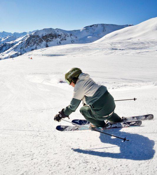 Die Sicherheit beim Skifahren hängt wesentlich von der richtigen Ausrüstung ab. Bild: djd/Tourismusverband Maishofen/MirjaGeh.com