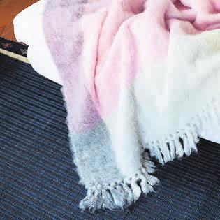 Mohairdecken von der Textilmanufaktur Anna Saarinen sind ein einmaliges Wohlfühlerlebnis für kalte Tage. Bild: PD