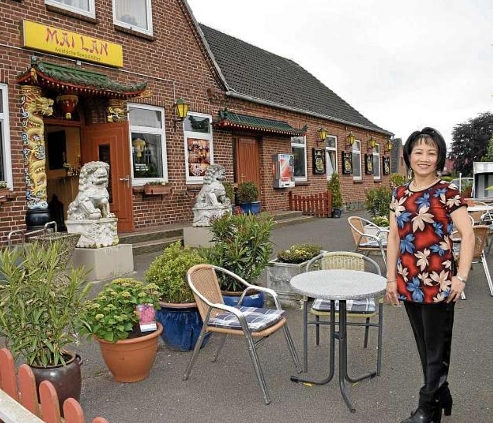 Inhaberin Mai Lan Bui bietet in der warmen Jahreszeit auch angenehme Plätze auf der frisch hergerichteten Terrasse sowie im Biergarten nebenan. FOTO: SVEN TIETGEN