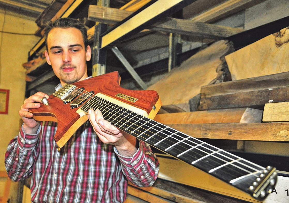 Alexander Claas, Tischler in Burgdorf, hat mit seinem Handwerk eine echte Karriere hingelegt. In seiner Werkstatt entstehen ergonomische e-Gitarren, deren ganz spezieller Soundmusiker in der ganzen Welt glücklich macht. Foto: ©Seeger