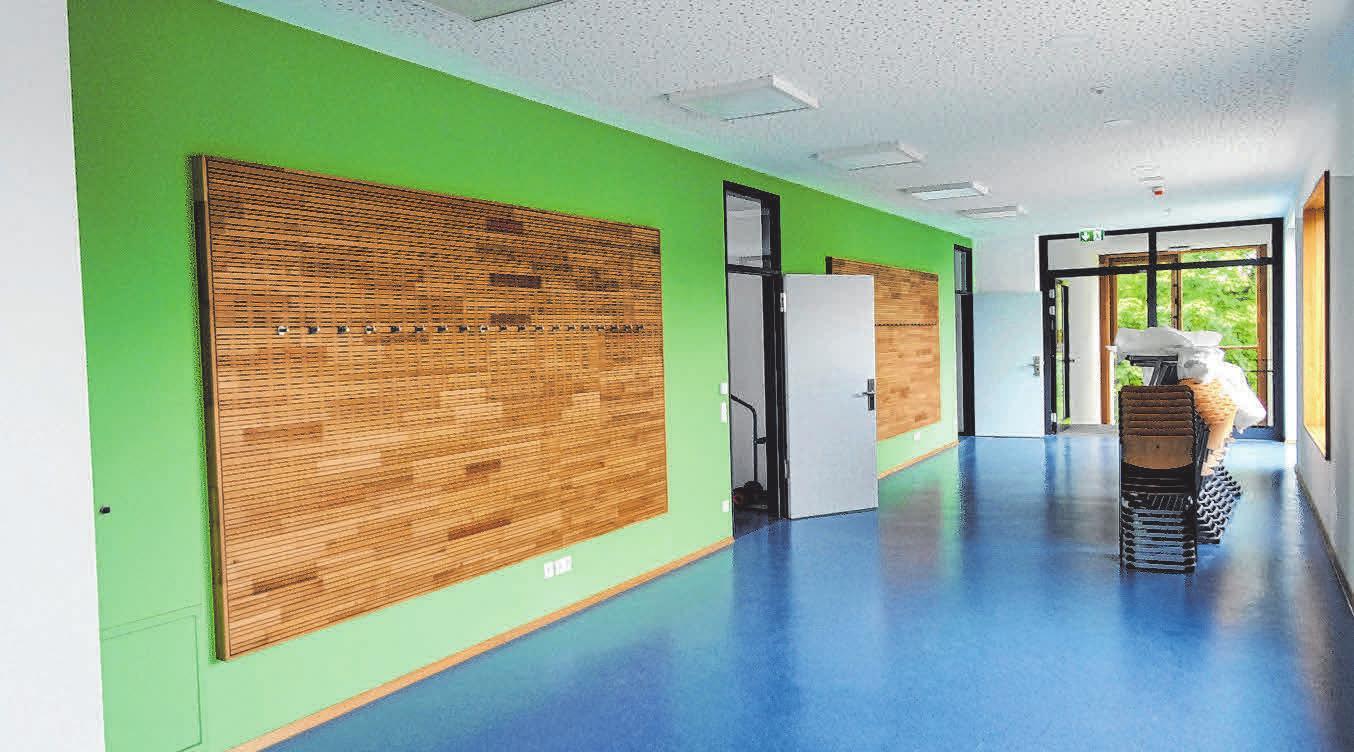 Der Boden ist im Fachraumbereich immer blau, die Wände haben in jedem Stockwerk eine andere Farbe.