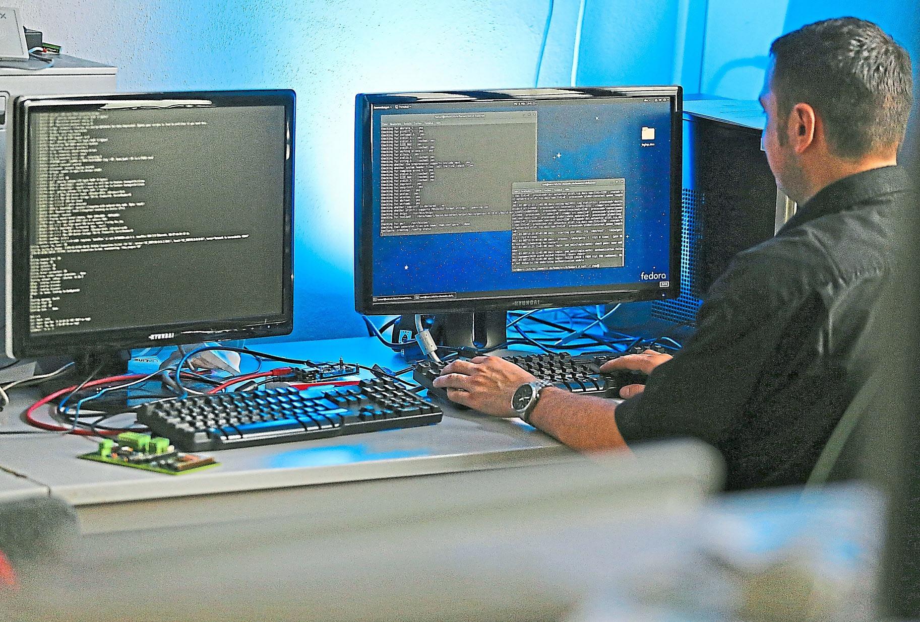 Fachkräfte für Informations- und Kommunikationstechnik haben beste Zukunftschancen. Schon jetzt fehlen deutschlandweit etwa 82 000 Experten. Foto: Woitas/dpa