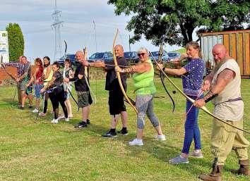 Gewissermaßen auf den Spuren Robin Hoods sind die Bogenschützen des Vereins unterwegs. FOTOS: KATHRIN LABITZKE