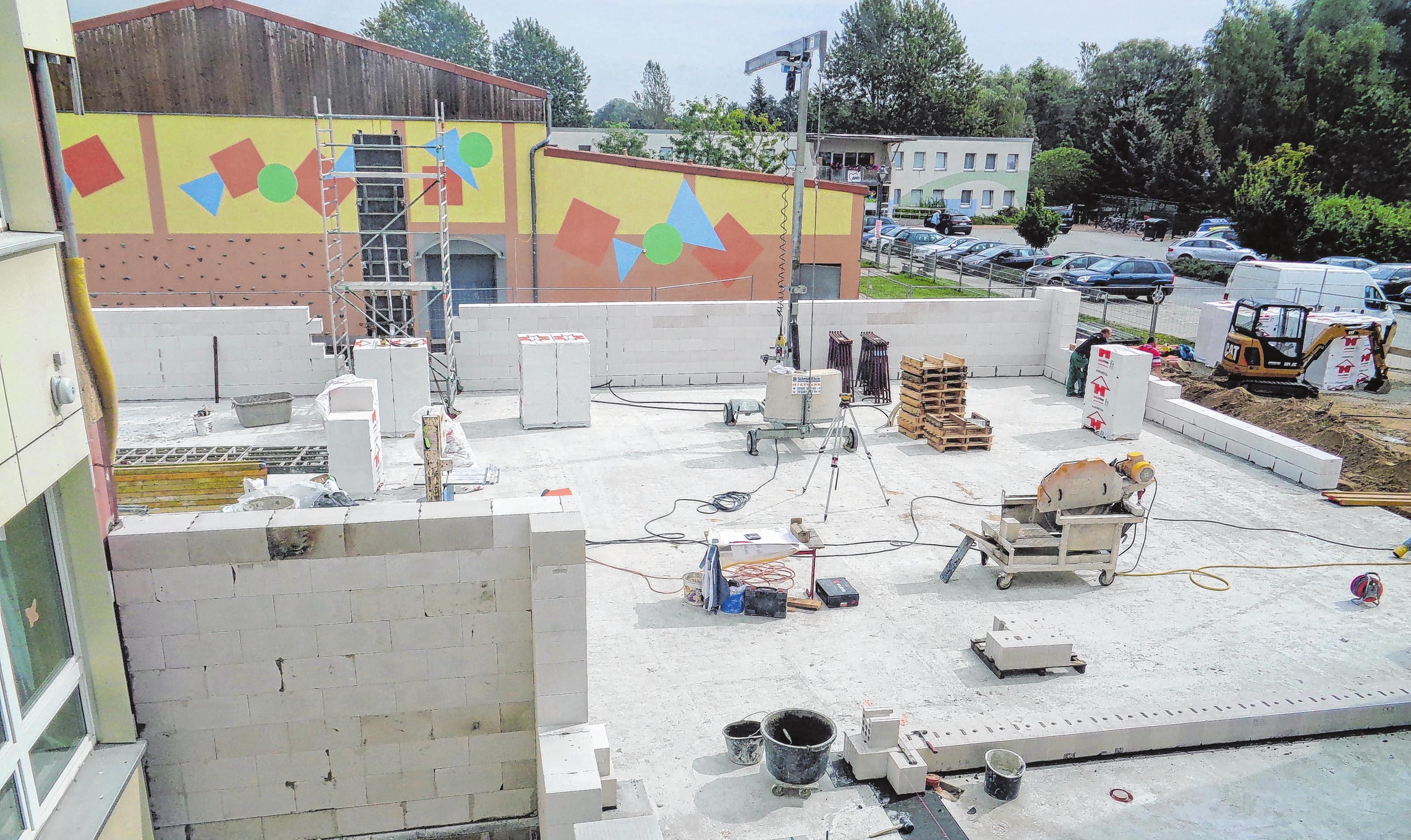 Die Fläche zwischen Schule und Turnhalle war viele Monate eine Großbaustelle. Foto: Planungsbüro Müller