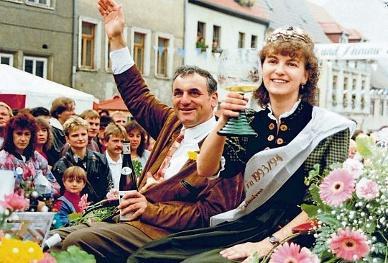 Winzerfest 1993: Bürgermeister Martin Bertling geleitet die Weinkönigin Christina Zaubitzer. FOTO: WEINBAUVERBAND
