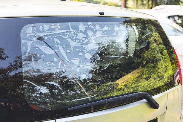 So etwaskannpassieren, wenn Autobesitzer selbst versuchen, eine Folie aufzubringen. Bild: ThamKC/ stock.adobe.com