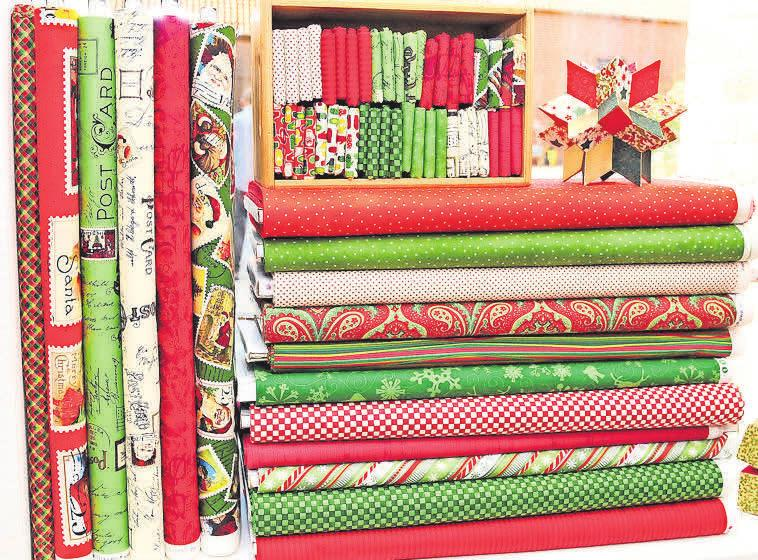 Jedes Jahr ab September wird die Auswahl von mehr als 300 verschiedenen Weihnachtsstoffen ergänzt.