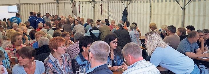 Mit Nachbarn gemütlich zusammen sitzen und die ganzen Leckereien genießen, die die Mitglieder und Helfer des SV Plech bereithalten, kann man beim Marktplatzfest am Gottvaterberg in Plech.