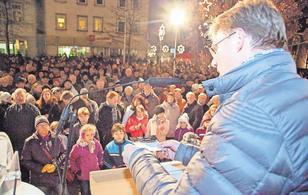 Heiko Nebel, Vorstand der Stadtsparkasse Burgdorf, moderiert die Verlosungsaktion und sorgt bei den Gewinnern für strahlende Augen.