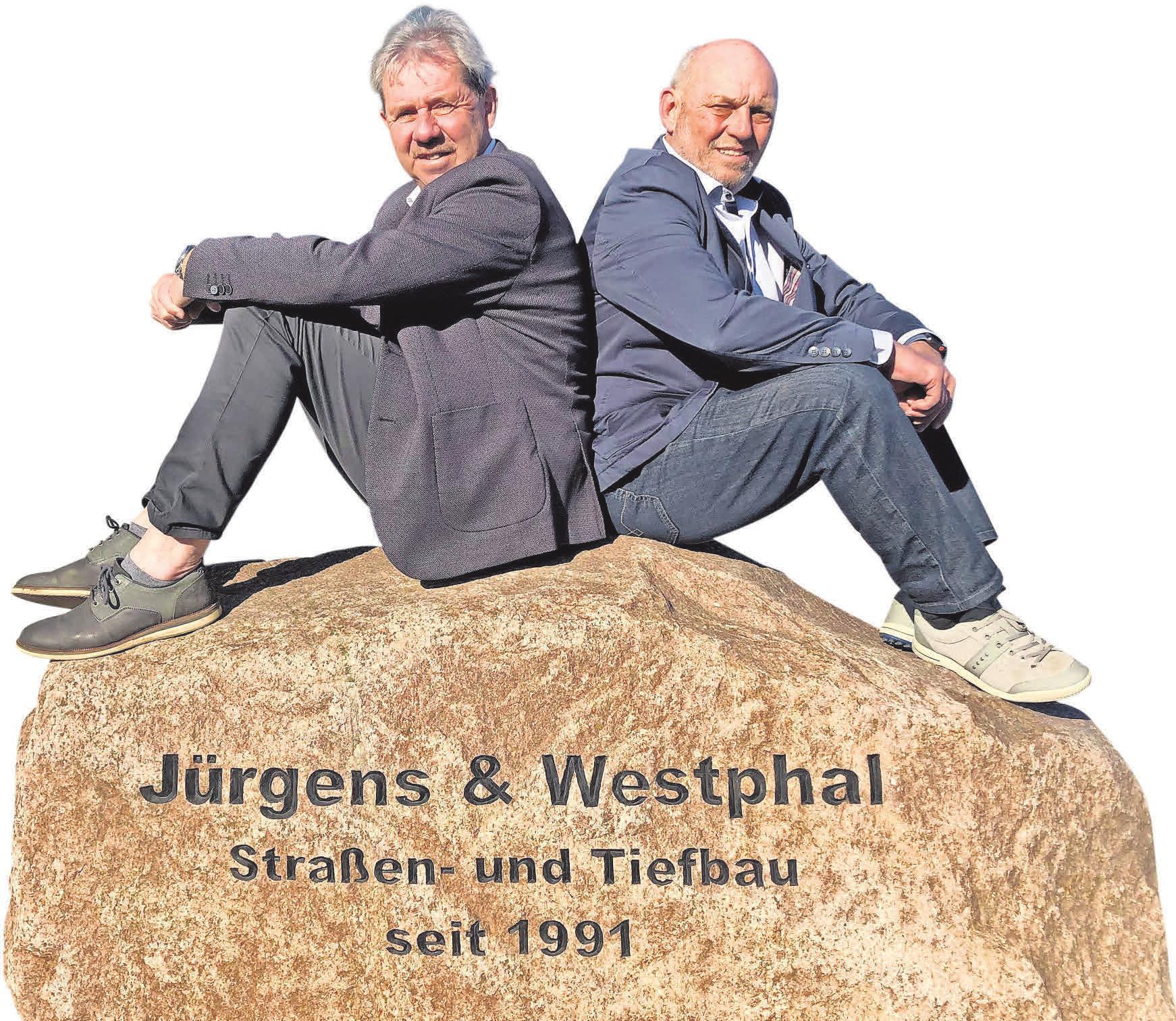 Rücken an Rücken durch die Jahrzehnte: Friedhelm Jürgens (l.) und Arno Westphal erhielten diesen Fels als Geschenk von der Belegschaft zum 25-jährigen Betriebsjubiläum.