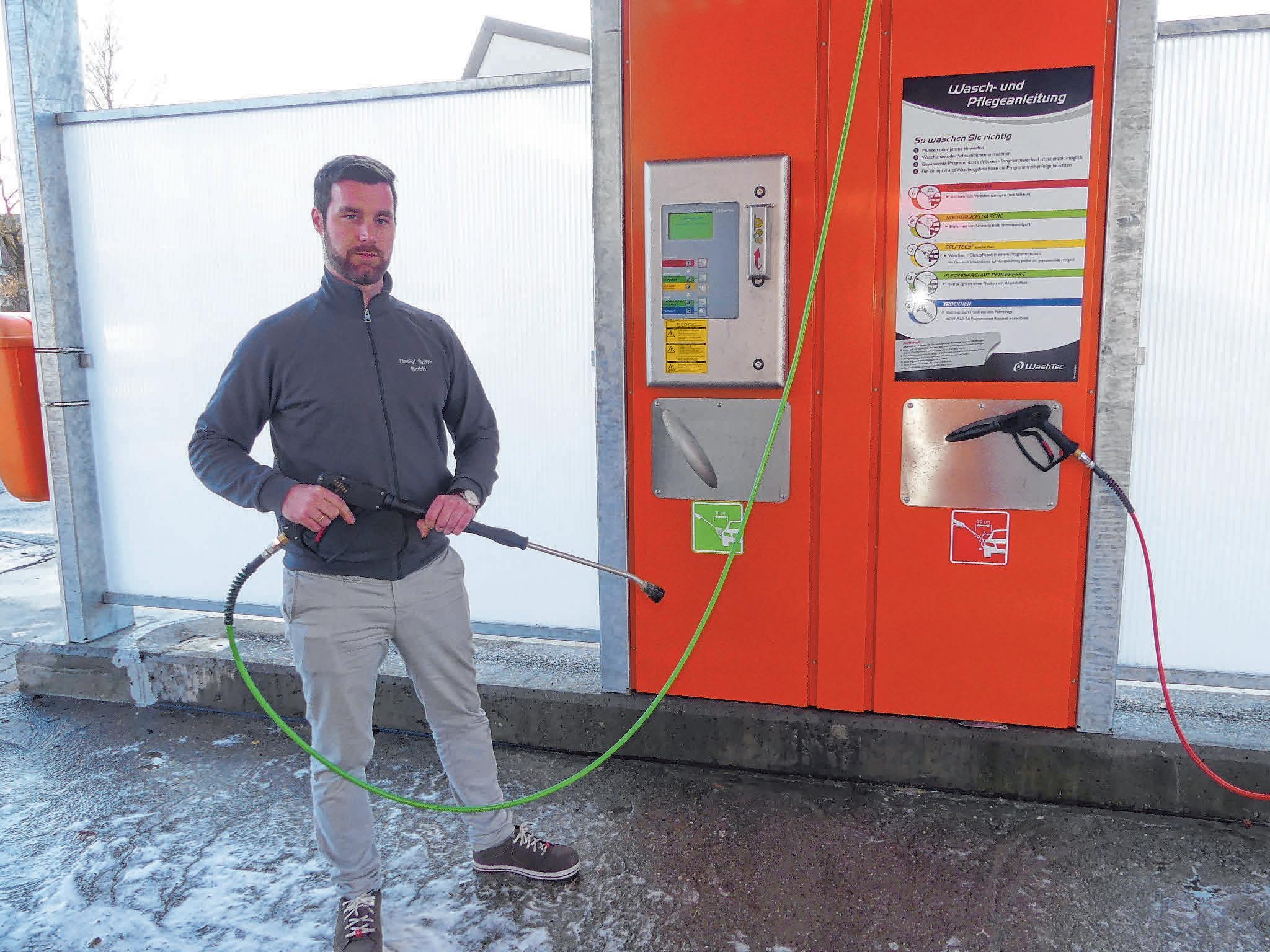 Axel Kirsamer zeigt die moderne Technik in den neuen Waschboxen der Daniel Späth GmbH. FOTO: BURGHART