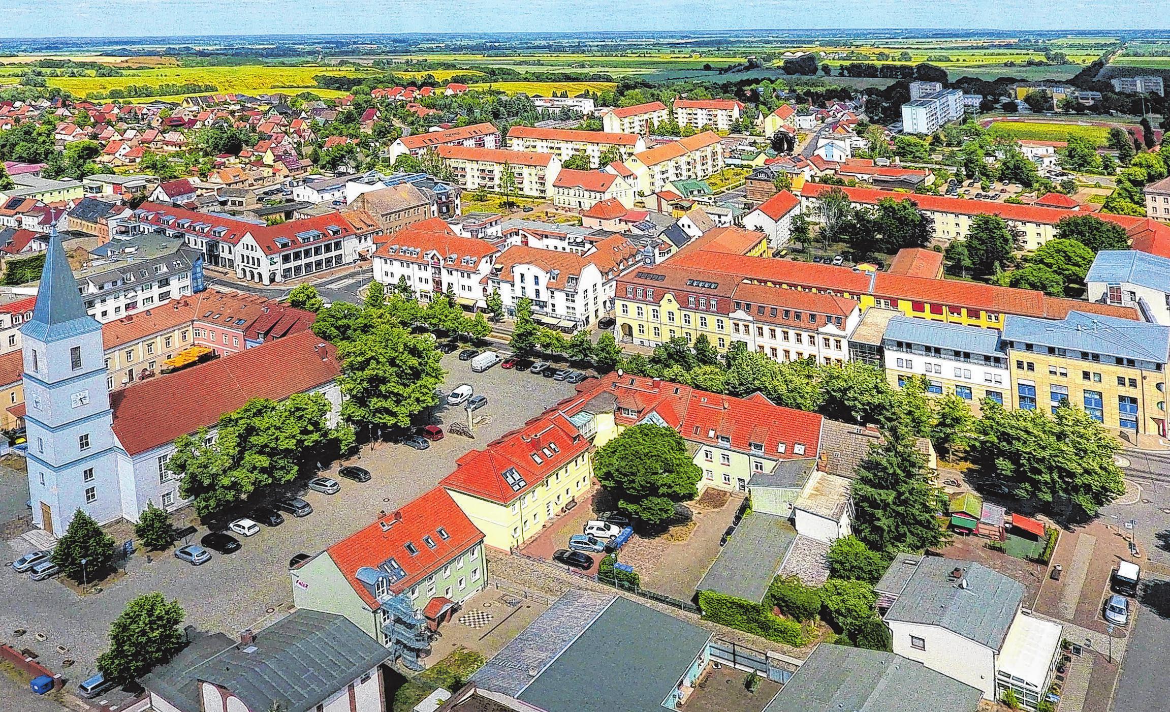 Klein, fein und oho. Seelow ist zwar noch immer eine der kleinsten Kreisstädte in Deutschland. Doch das tut Ihrem Charme keinen Abbruch. Seit 1863 kann Seelow auf eine Tradition als Kreisstadt zurückblicken. 2002 feierte die Stadt ihr 750-jähriges Bestehen mit über 40.000 Gästen. So richtig schön geworden ist die Stadt aber erst in den letzten Jahren. Das Zentrum um den Marktplatz ist wieder erstanden, Häuser wurden saniert und neugebaut. Viel Grün prägt die Stadt - und ein Blick, der weit hinein reicht ins Oderbruch. Fotos: Matthias Lubisch