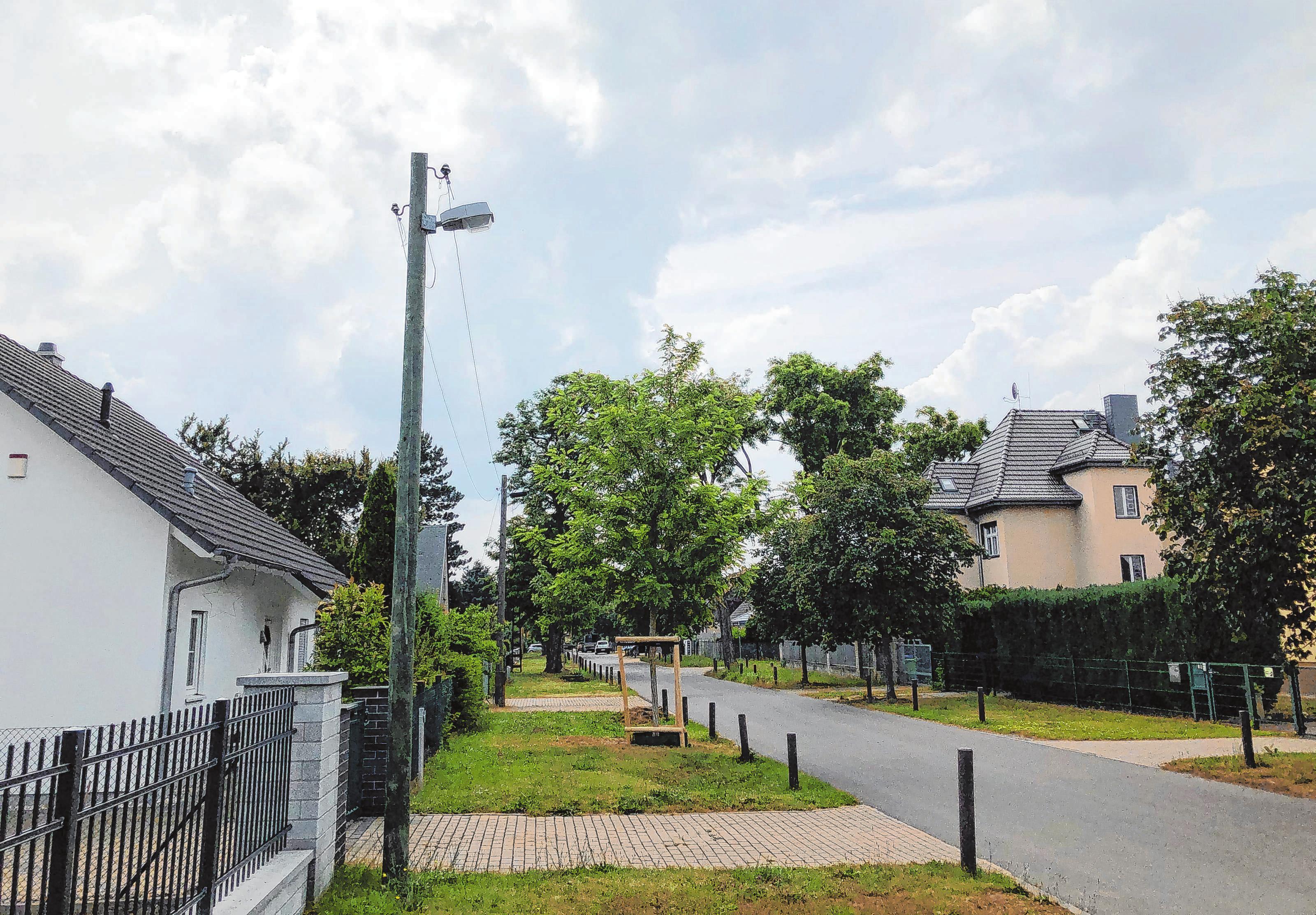 Hier in der Roseggerstraße und auch in der Heimgarten-, Fontane-, Ganghofer- und Scheffelstraße sowie im Horstweg und in der Straße Am Friedhof wird die Straßenbeleuchtung erneuert werden. Foto: Jana Reimann-Grohs