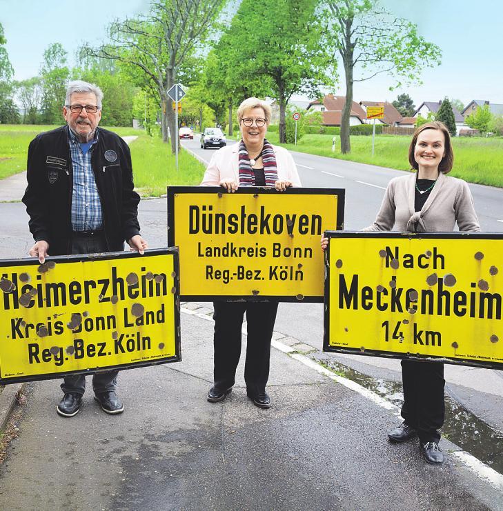 Erinnerung an die Zeiten, als Swisttal zum Landkreis Bonn gehörte: Willi Bregulla (l.) stellte der Gemeinde zum 50-jährigen Bestehen drei alte Straßenschilder zur Verfügung Foto: Matthias Kehrein