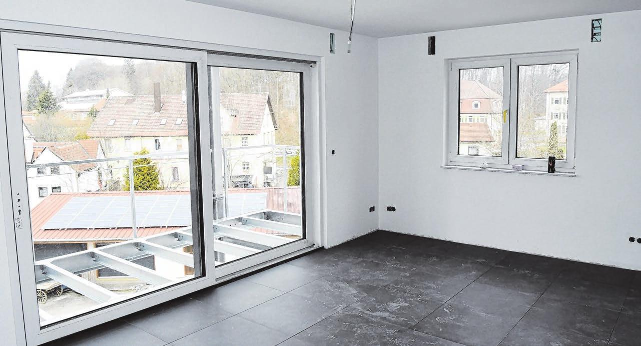 Hell und jeweils mit Balkon oder, im Erdgeschoss, einer Terrasse ausgestattet sind die Wohnzimmer in den neun Wohneinheiten.
