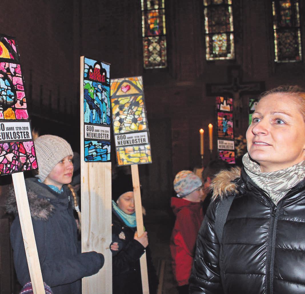 """In der Klosterkirche zeigten Kinder die Kunstwerke des Projektes """"800 Fenster zum Himmel für Neukloster"""". Foto: Norbert Wiaterek"""