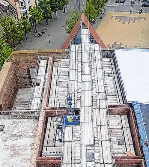 Die Kirche in Wriezen aus der Vogelperspektive. Mario Gathow und seine Männer montieren die Gerüste, damit das Zollinger-Dach so schnell wie möglich erricht werden kann. Damit wäre ein großer Schritt getan, dass der Innenraum ganzjährig und unabhängig vom Wetter nutzbar ist. Fotos: Systemgerüstbau Gathow