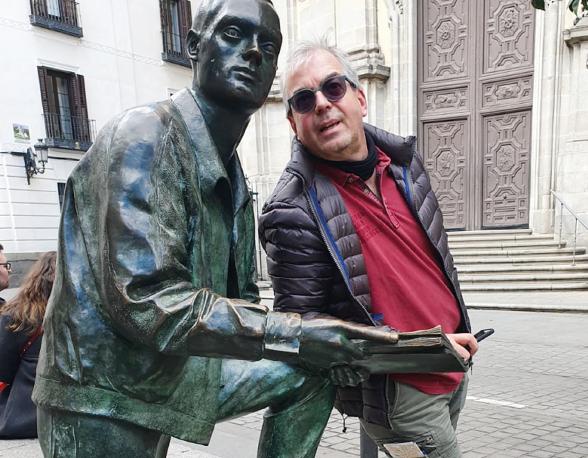 Der Radio-Mann kommt rum: Burkhard Tillner vor der Päpstlichen Basilika St. Michael in Madrid