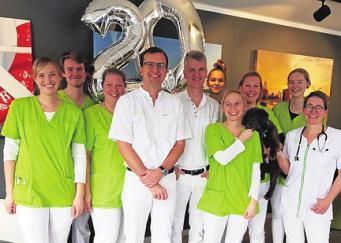 Gut gelaunt: die Ärzte und das nette Team. Foto: Manzel & Bähr
