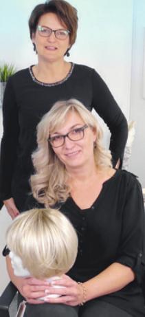 Friseurmeisterin Marion Brühl (hinten) und Olga Wolter sorgen dafür, dass Perücken kaum von echtem Haar zu unterscheiden sind