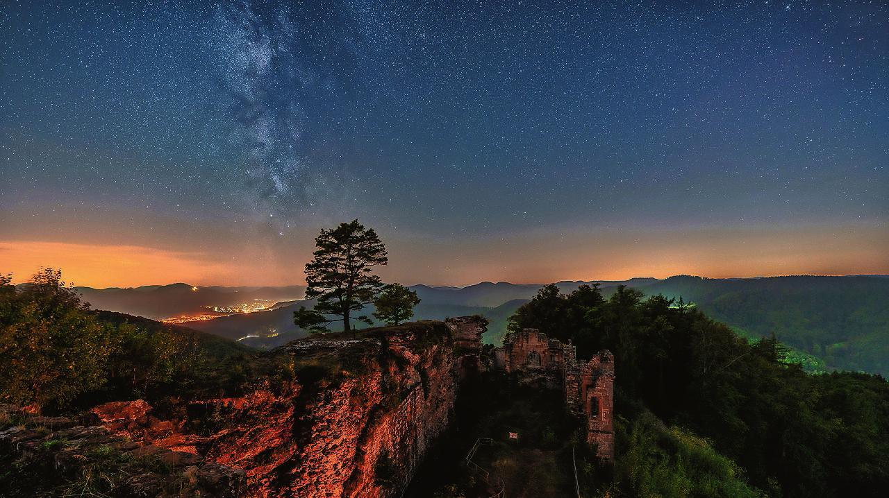 Ein Beispiel für die Nachtaufnahmen von Martin Koch: Das Foto zeigt die Milchstraße über der Burg Neuscharfeneck bei Ramberg. FOTO: KOCH/FREI