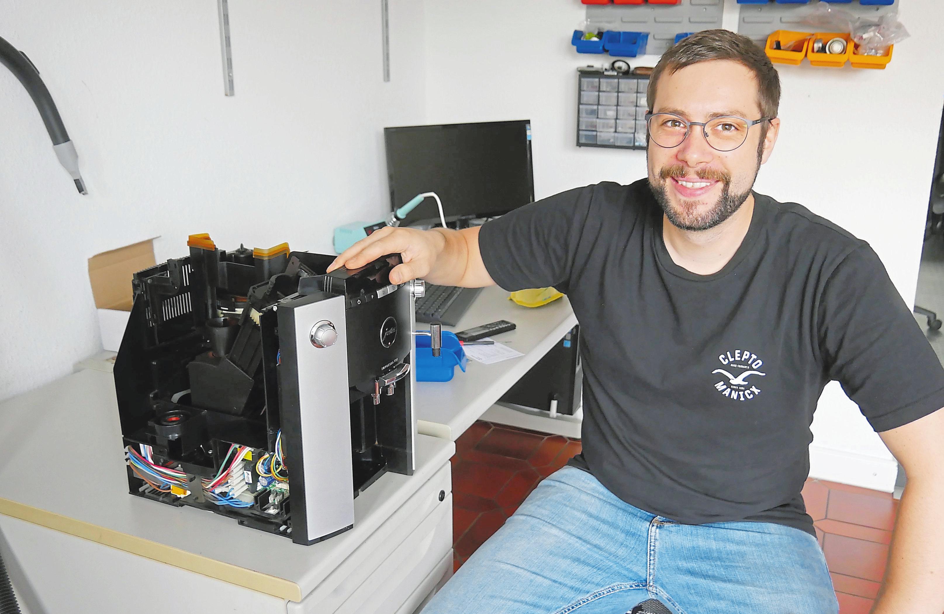 """Der """"Patient"""" Kaffeevollautomat leidet unter Verstopfung - Rene Basler kümmert sich. Foto:Christiane Husmann"""