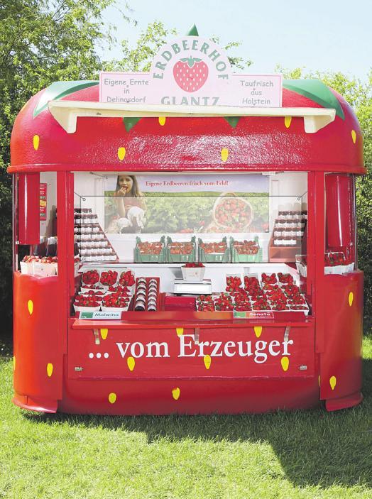Die typischen Glantz-Verkaufsstände mit den heimischen Erdbeeren. Aus aktuellem Anlass sind sie in diesem Jahr zum Schutz von Verkäufern und Kunden mit einer transparenten Schutzwand ausgestattet Foto: pr
