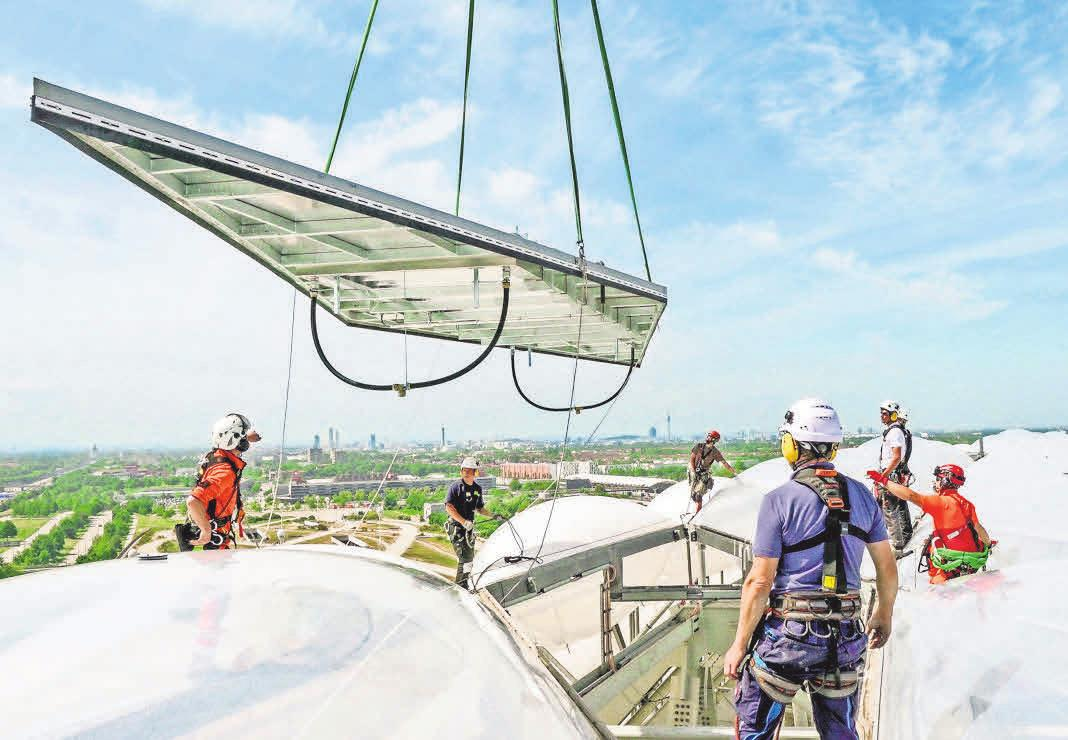Auch die Allianz Arena in München verfügt nun über ein FLEDMEX®-Lamellendach von Allwetterdach ESCO®, das nun bei jedem Heimspiel rund 75 000 Zuschauern Schutz bietet. Foto: FC