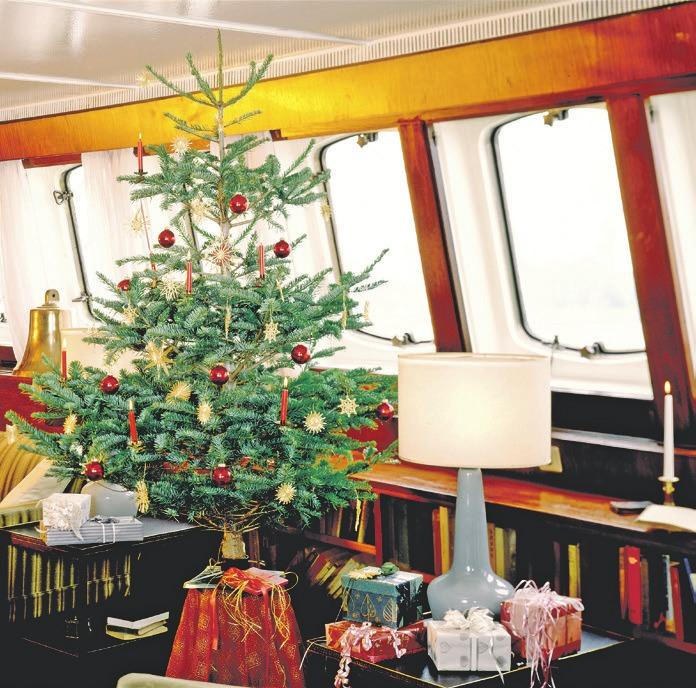 Der Weihnachtsbaum an Bord hat eine lange Tradition.