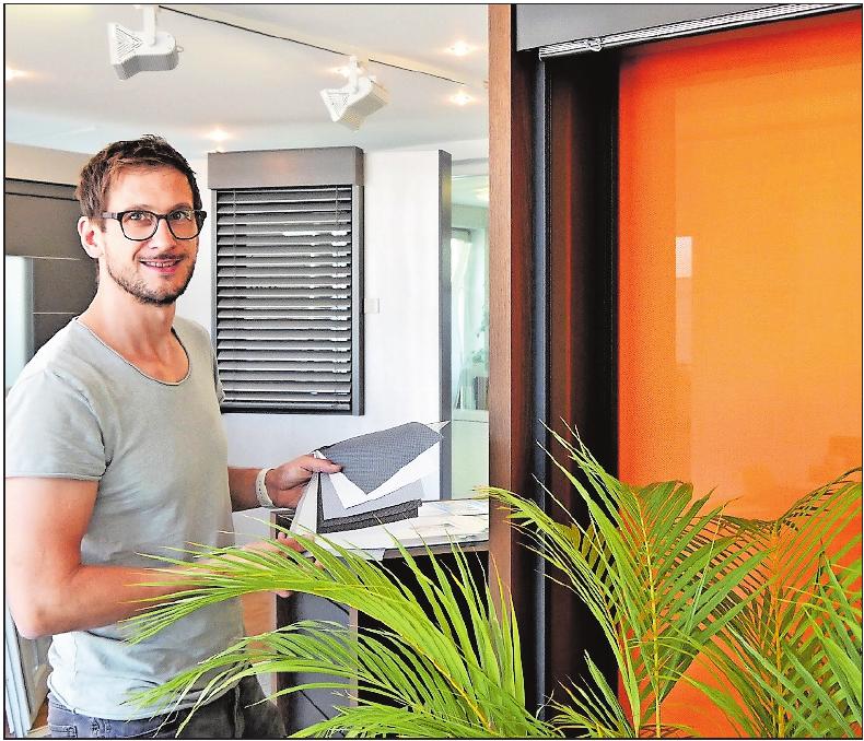 Verdunkeln und schützen gleichzeitig vor Hitze: Andreas Cullmann zeigt einen peppigen Textilscreen (rechts) und eine Jalousie mit neuer Technik. FOTO: BRÄUNLING