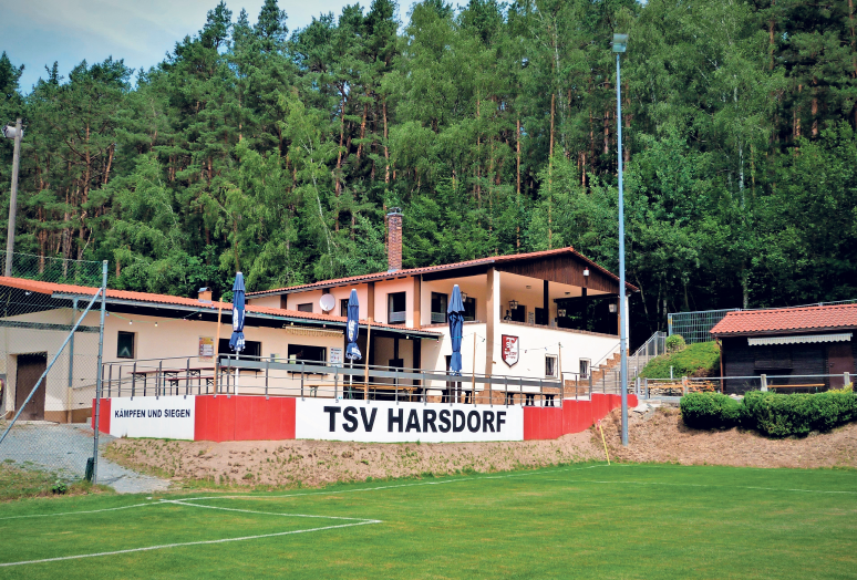 Voller Stolz kann der TSV Harsdorf auf sein Sportgelände mit dem Waldsportplatz und dem schmucken Sportheim blicken. Foto: Werner Reißaus