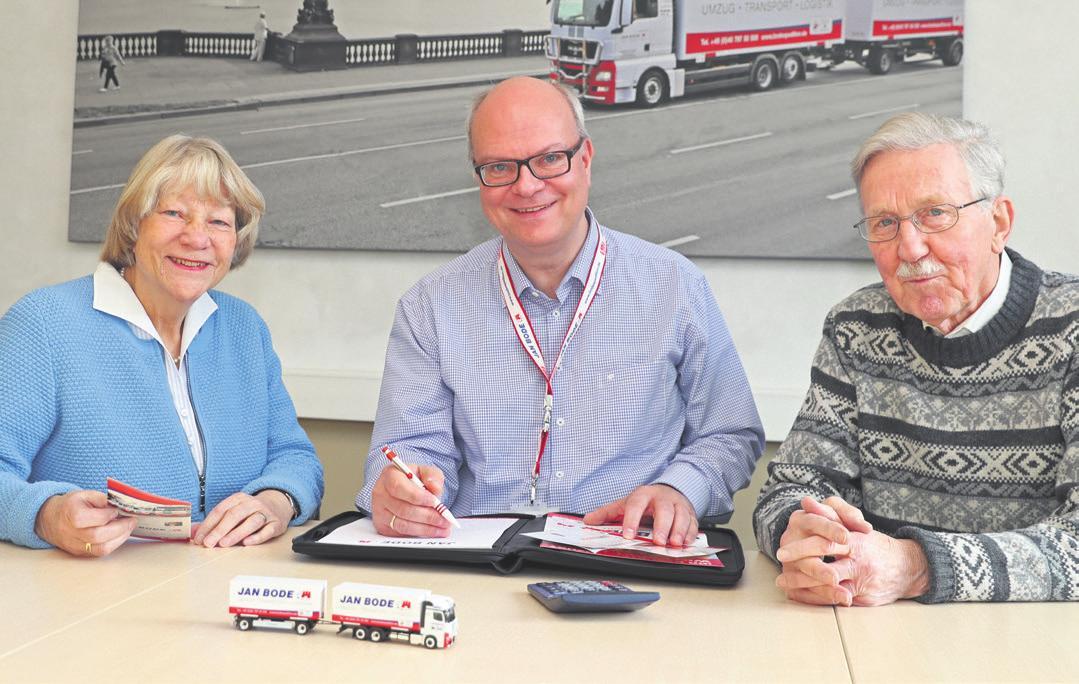 Umzugsberater Patrick Pulfer (Mitte) mit Helga und Rolf Bahruth. Das Ehepaar ist mit der Spedition Jan Bode umgezogen. Foto: Bode