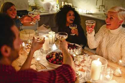 """Feiern ohne Promille: """"Sober Drinking"""" heißt der neue Getränketrend, der auch zu den Festtagen mit besonderen Kreationen überrascht. Foto: djd/Coca-Cola/Getty"""