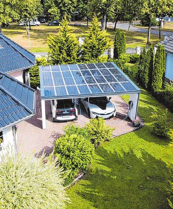 Der Strom kommt von Solarzellen auf dem Carport. Foto: djd/ www.solarcarporte.de