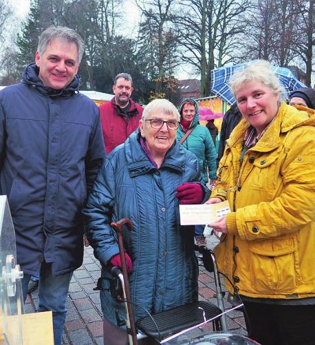 Fred Burmester und Tanja Wilke vom RBK überreichen Irma Engel (Mitte) ihren Gewinn Foto: cs