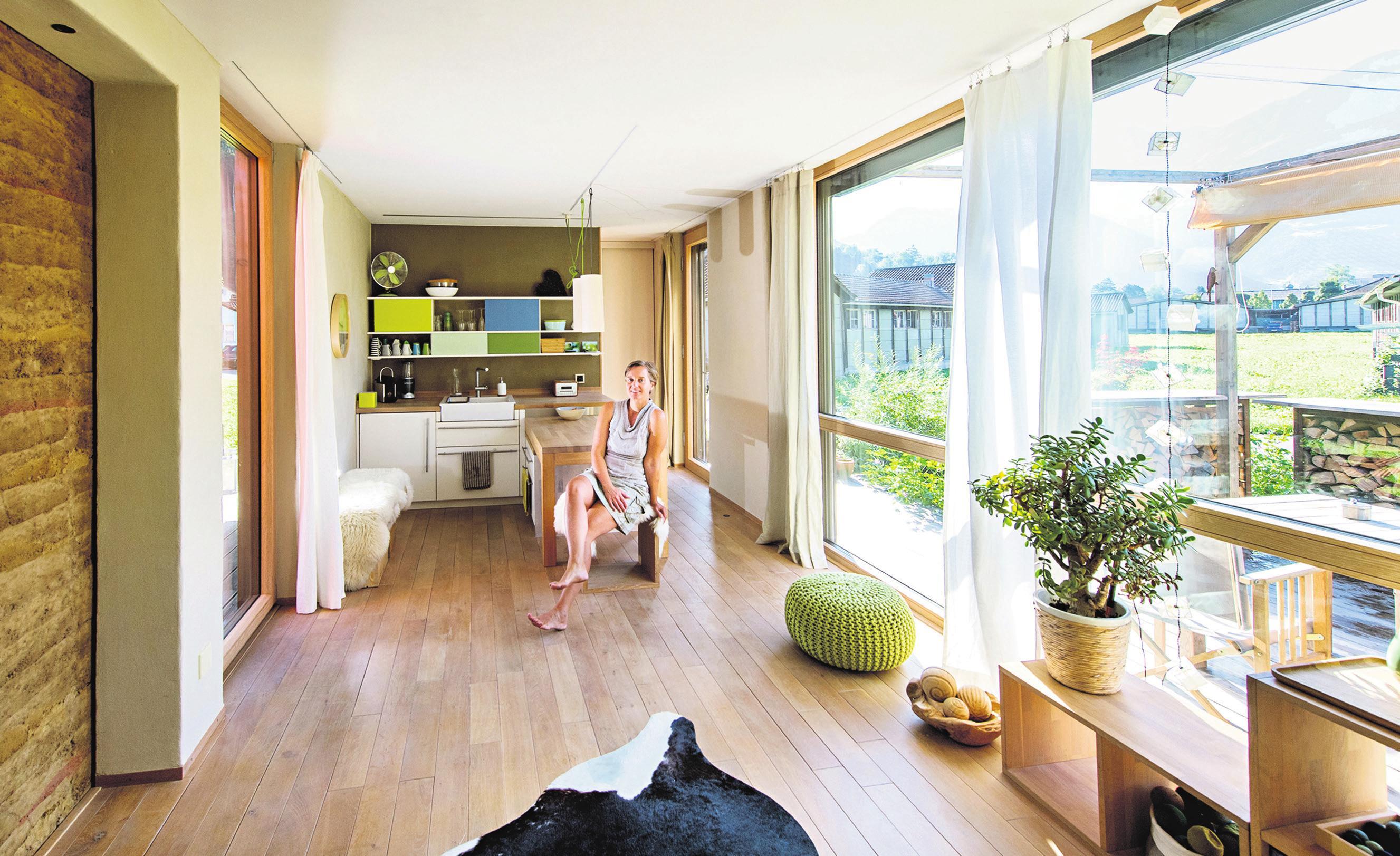 Viel Holz und Glas prägen das Innere in Tanja Schindlers Minihaus. Die Wände sind aus Lehm, die Möbel lassen sich je nach Bedarf für unterschiedliche Zwecke einsetzen. FOTO: EVELINE BEERKIRCHE