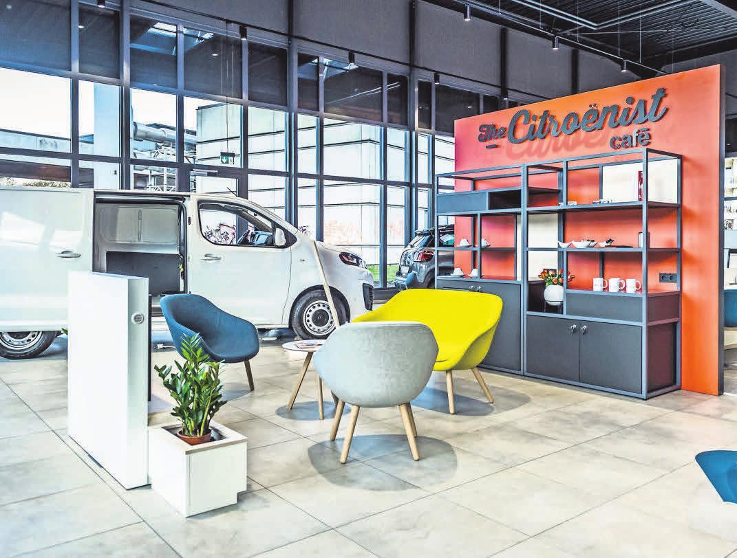 Die verwendeten Farben und Materialien wie offenporiges Holz und stylische Loungemöbel strahlen Behaglichkeit & Wärme aus und bringen den für die Marke Citroën typischen Komfort jetzt auch im Autohaus perfekt zur Geltung. Foto: Olaf Malzahn