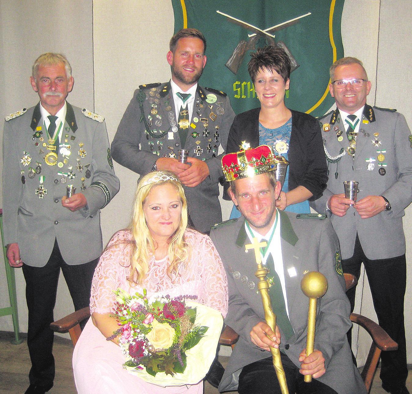 Wolfgang Kott (stehend von links), Andreas Manegold, Kathrin von Bursy und Andreas Twartz. Davor sitzt das neue Kaiserpaar Diana Schulz und Marco Sperac. Foto: Böhme