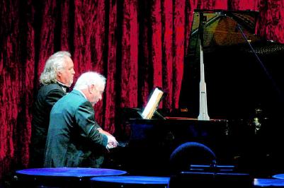 2008 Sie waren die Überraschungsgäste der 15. Festlichen Operngala: Donald Runnicles, zu dem Zeitpunkt designierter Generalmusikdirektor der Deutschen Oper, und Daniel Barenboim, Generalmusikdirektor der Staatsoper Unter den Linden, spielen vierhändig Klavier. BETTINA STOESS