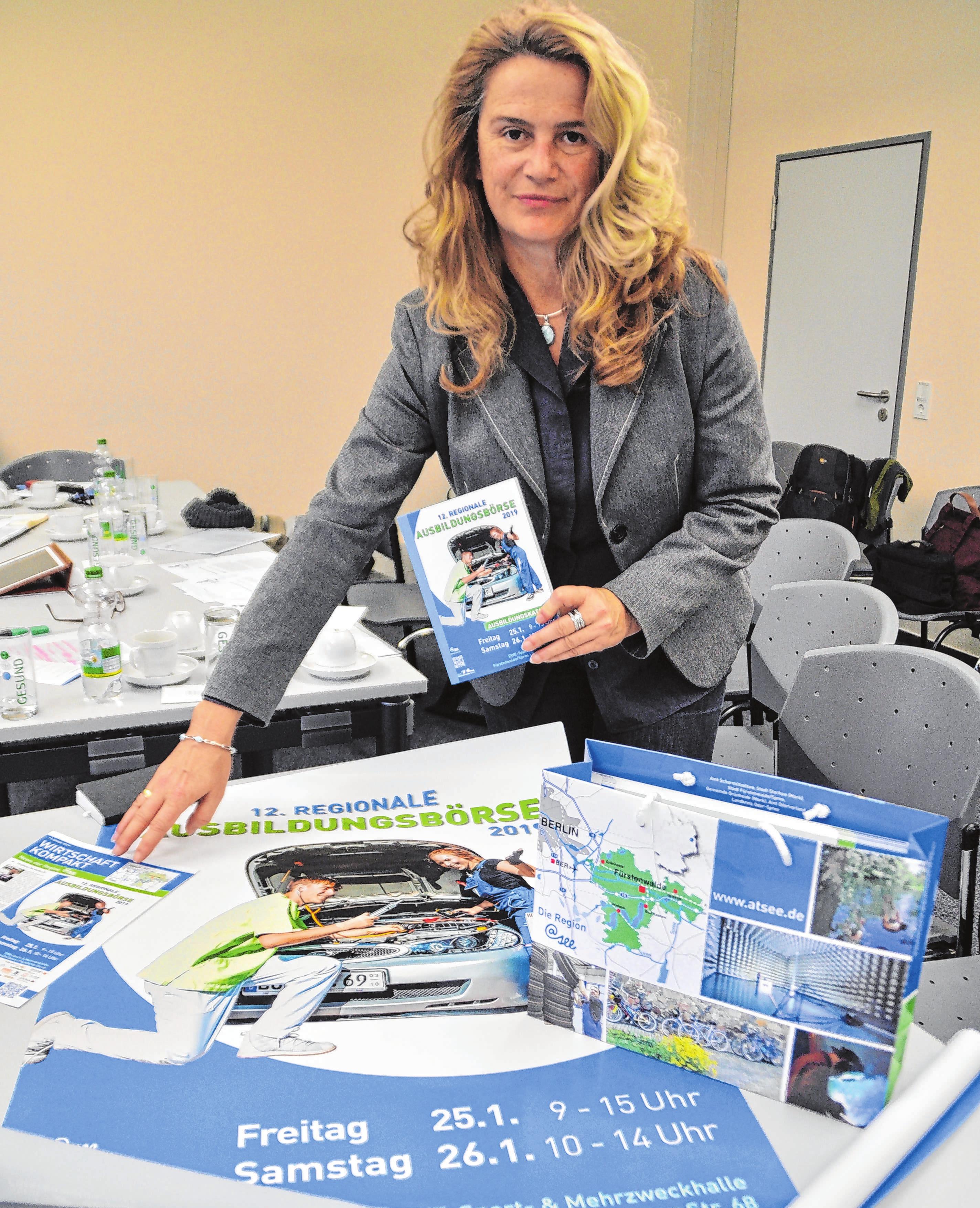 Heike Beyse, in der Stadtverwaltung Fürstenwalde zuständig für Wirtschaftsförderung und Tourismus, hält die Fäden für die Ausstellungsbörse zusammen. Seit Wochen laufen die Vorbereitungen dafür bereits aus Hochtouren. Foto: Sabine Uy