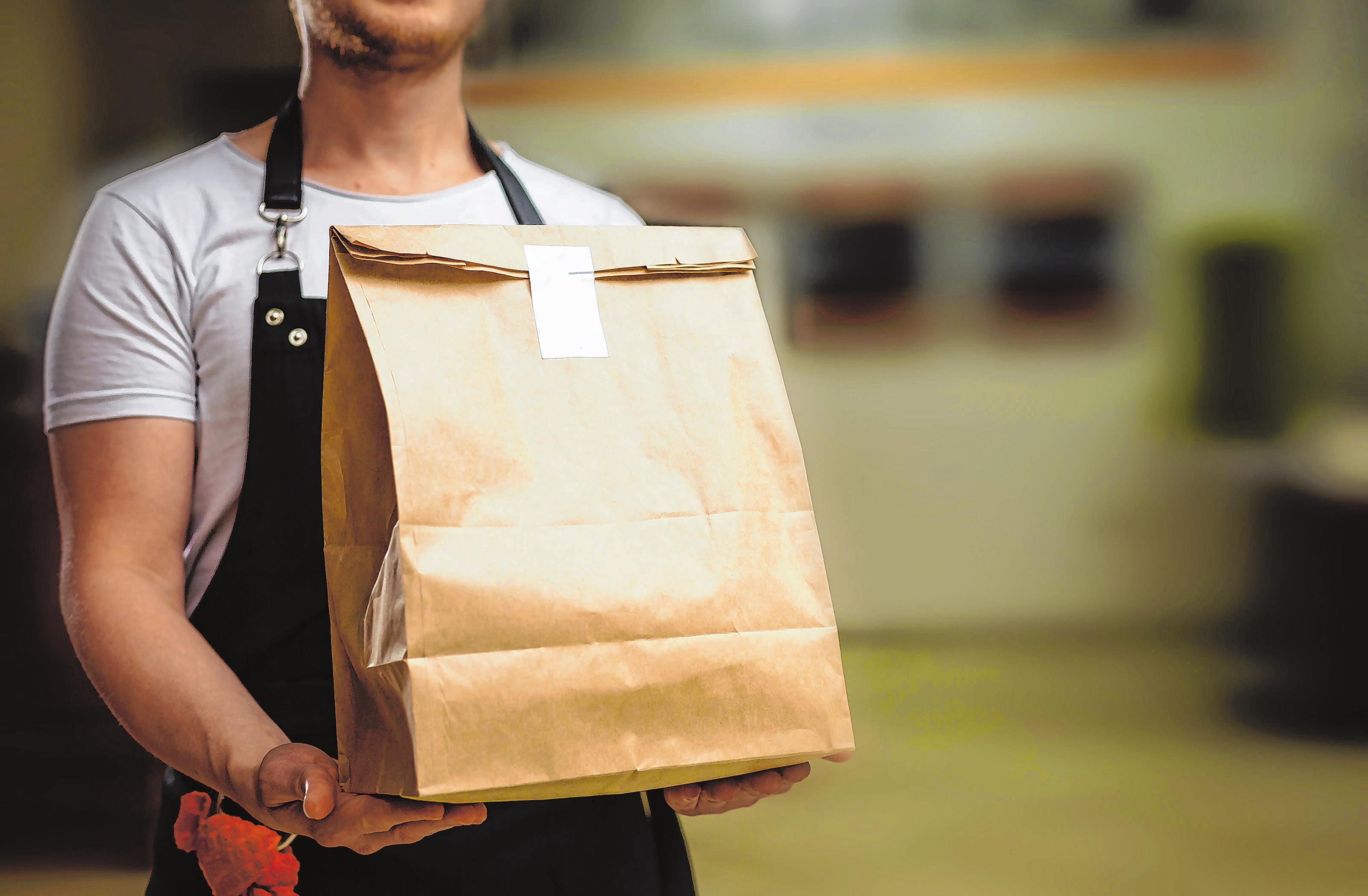 Wenn das Einkaufen schwer fällt: Immer mehr Geschäfte, Dienste und Apotheken bieten einen Einkaufs- oder Lieferservice an. Foto: Andrew Angelov/shutterstock