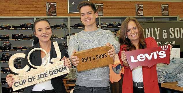 """Sommermode von angesagten Marken sorgt für gute Laune bei """"Big Deal Jeans"""": Katharina Hübener (v.li.), Jan Herold und Jacqueline Boska. FOTO: KIB"""