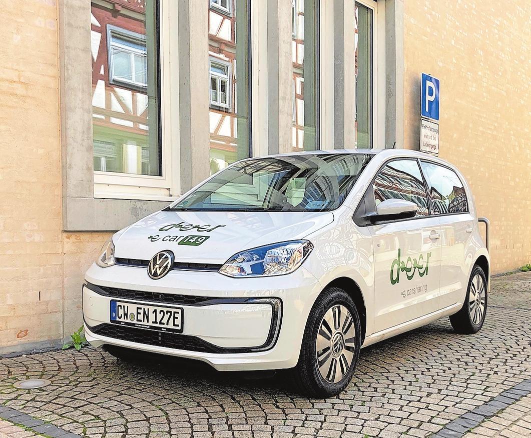 Vor dem Rathaus steht ein E-Auto, das zwar von jedem nach einer Anmeldung genutzt werden kann, aber bisher vorwiegend von den städtischen Angestellten gefahren wird.