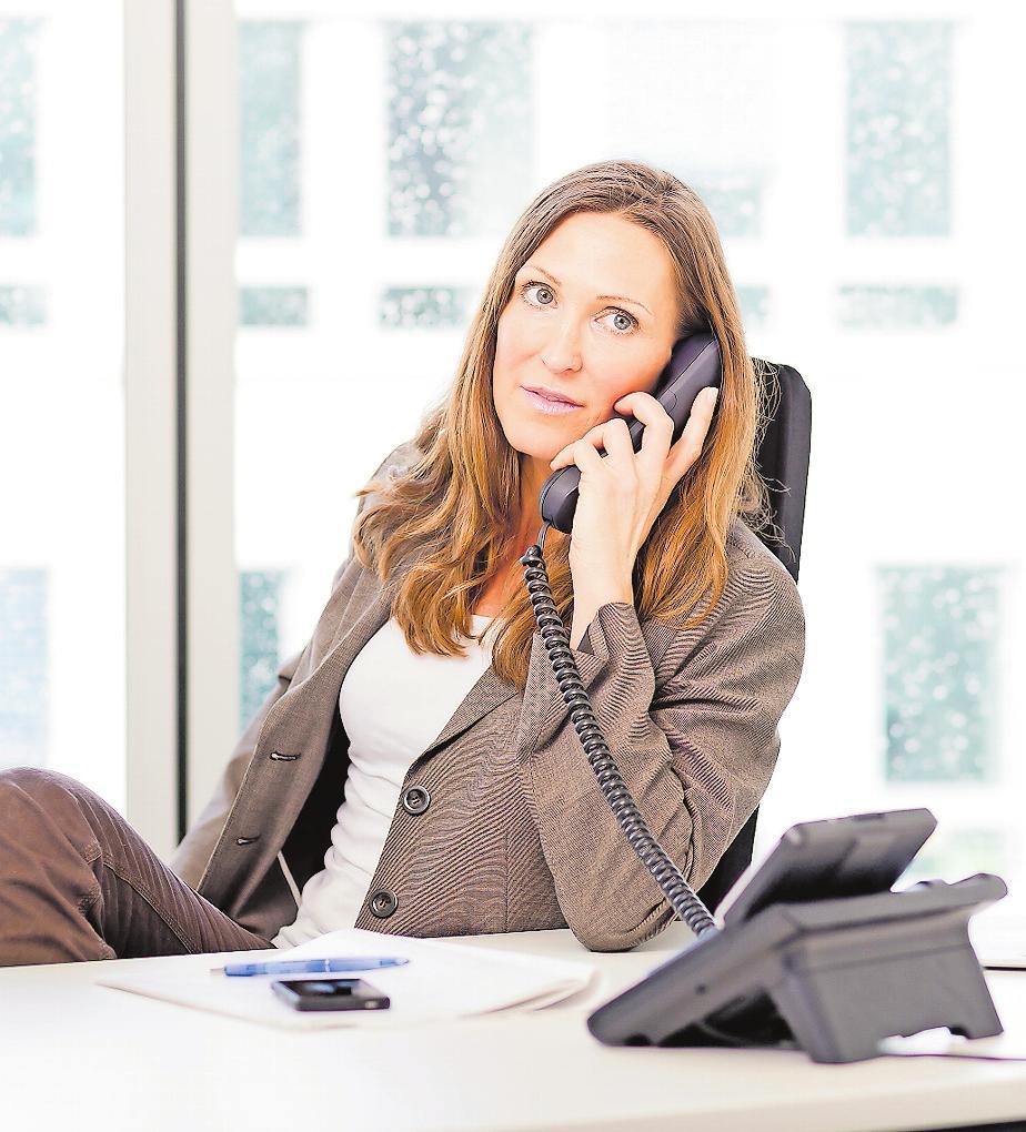 Hebt niemand ab? Dann höchstens viermal klingeln lassen. Mit einfachen Kommunikationsregeln können Berufstätige die Scheu vor dem Telefonieren schnell ablegen.FOTO: MONIQUE WÜSTENHAGEN/DPA