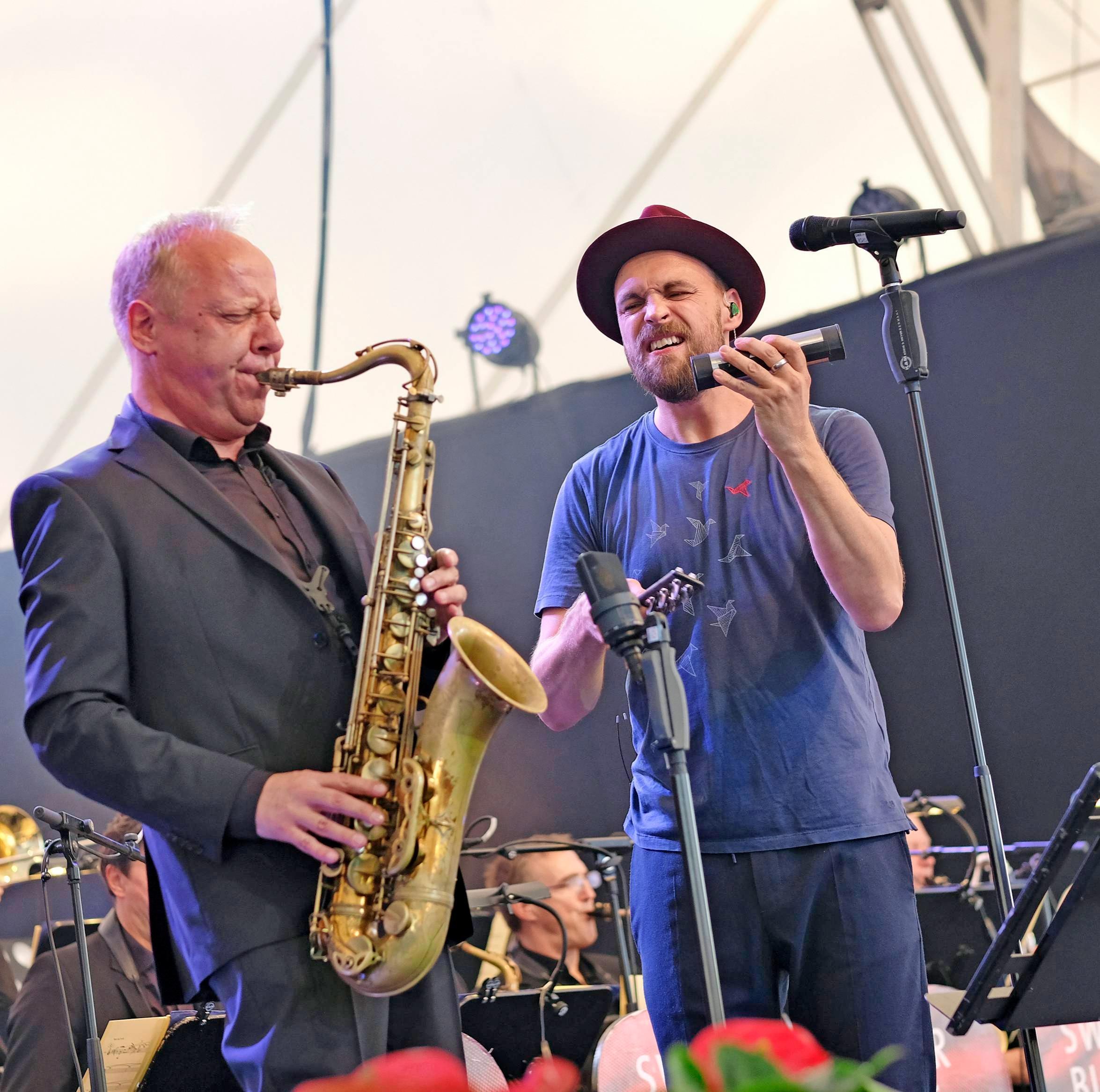 Reichlich Applaus gibt es für Max Mutzke (rechts) und die SWR Big Band.