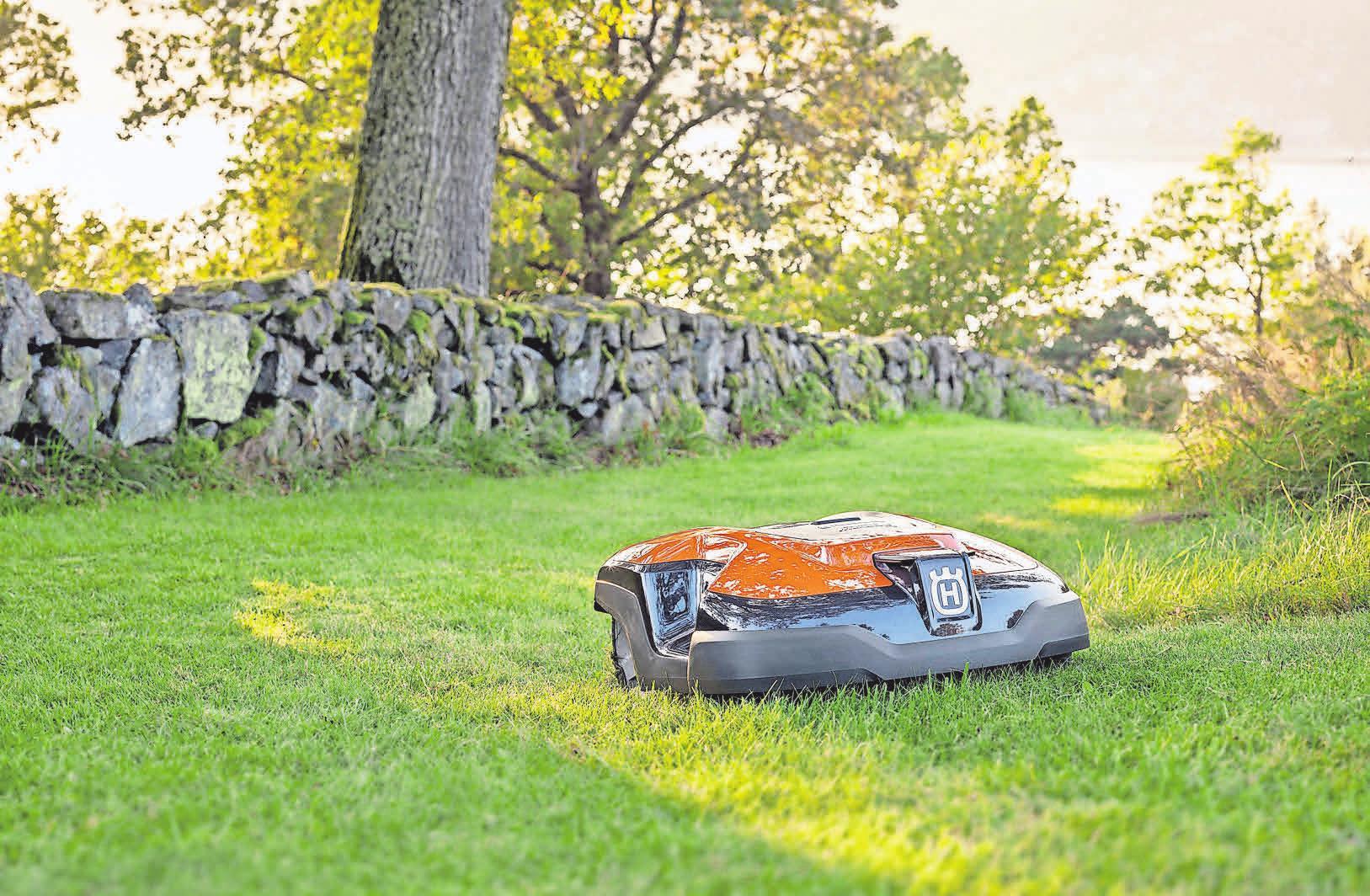 Kleiner Helfer: Mit einem Husqvarna-Mähroboter bleibt der Rasen immer schön kurz. Foto: Husqvarna