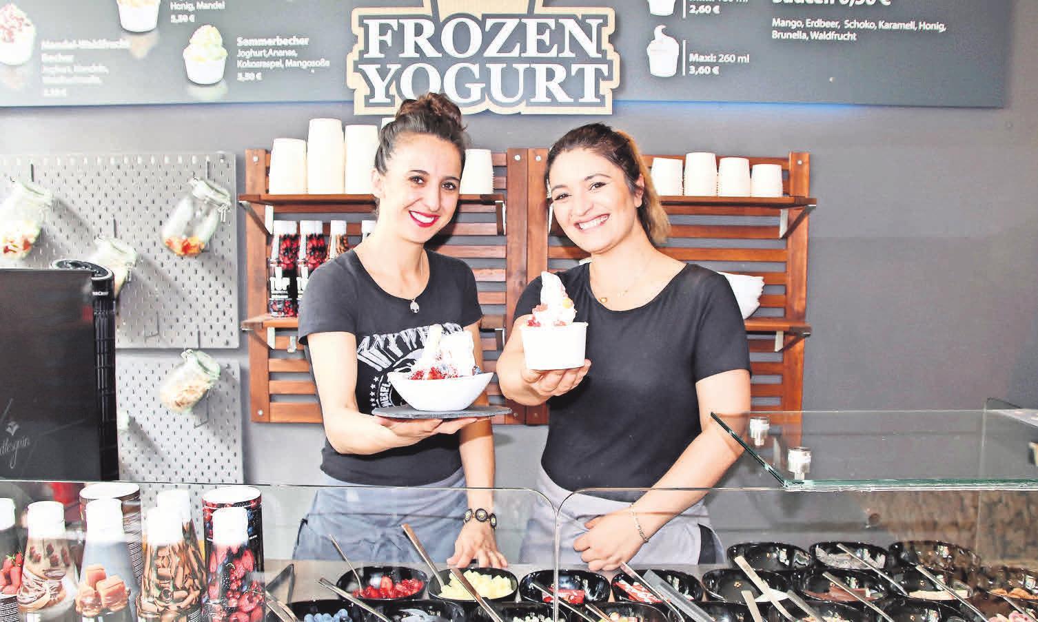 Sevin Sünüm und Nilgin Düzgün verwöhnen ihre Gäste in der Feinkostwelt mit gesunden Erfrischungen: Frozen Yoghurt mit frischen Früchten oder Naschereien.