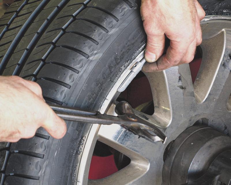 Kleine Gewichte mit großer Wirkung: Sind die Reifen gewuchtet, verbessert sich das Fahrgefühl und der Verschleiß wird reduziert. Foto: Stock.Adobe.com/mat