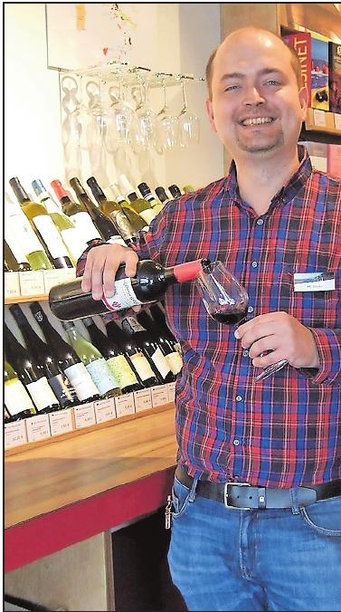 Wer möchte, darf probieren: Seit März führt Markus Duray die Filiale von Jacques'Wein-Depot im Depot LU.FOTO: SCHAAR