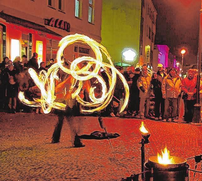 """Passend zum Motto """"Fürstenwalde brennt - für Sie!"""" wird es überall Feuershows und -jonglage sowie Lichter-Shows geben. Krönender Abschluss ist das Feuerwerk um 23 Uhr auf dem Marktplatz vor dem Rathaus."""
